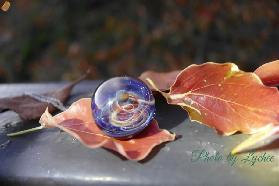 planets-galaxy-glass-pendants-space-glass-satoshi-tomizu-12