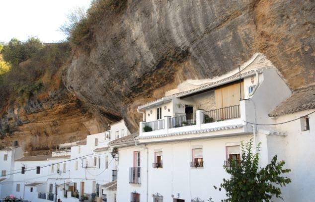 Испанский город Сетениль-де-лас-Бодегас.