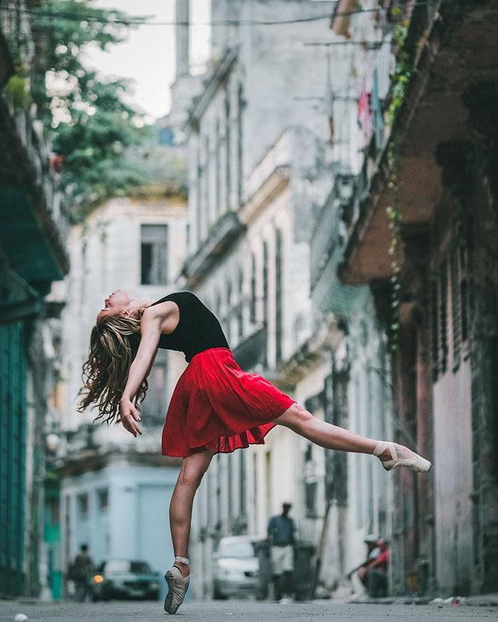 Величественный балет на улицах Кубы.