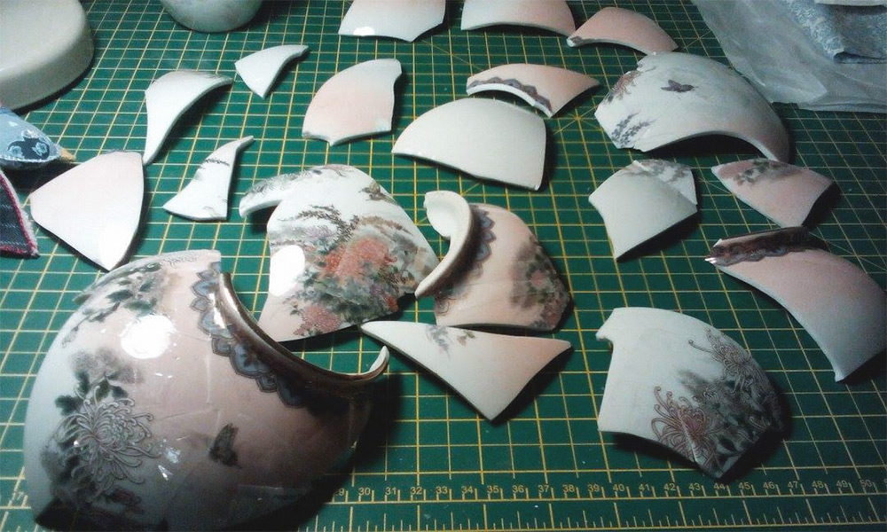 «Кинцуги» - японская техника восстановления керамических изделий.