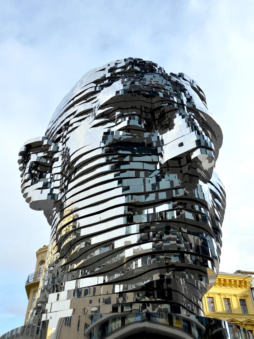 Вращающаяся скульптура головы Франца Кафки