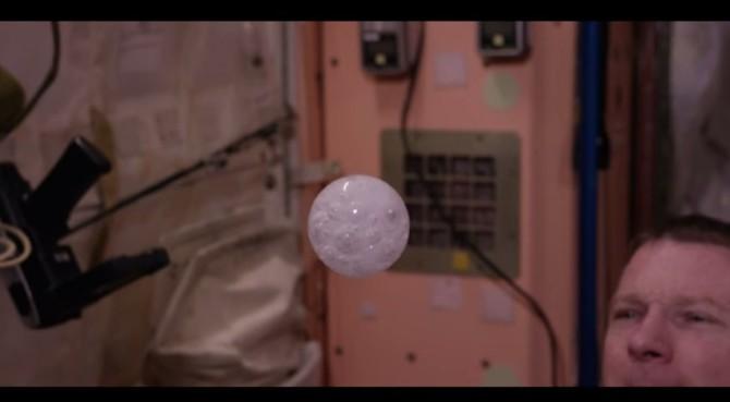 Как ведёт себя жидкость в космосе
