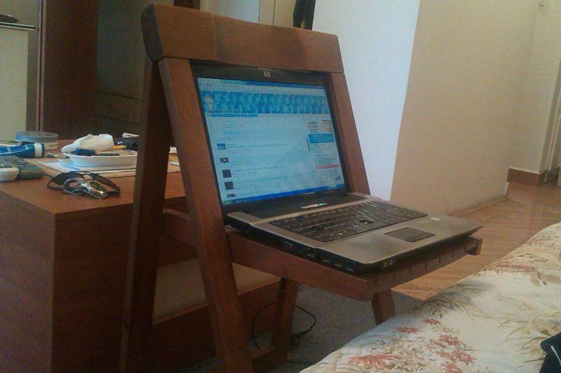 Ноутбук в деревянном кресле
