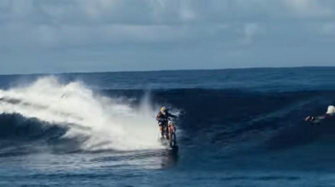 Сёрфинг на мотоцикле и это не спецэффекты (Видео)