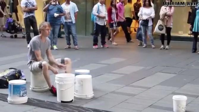 Уличный музыкант, который творит нечто невероятное с вёдрами