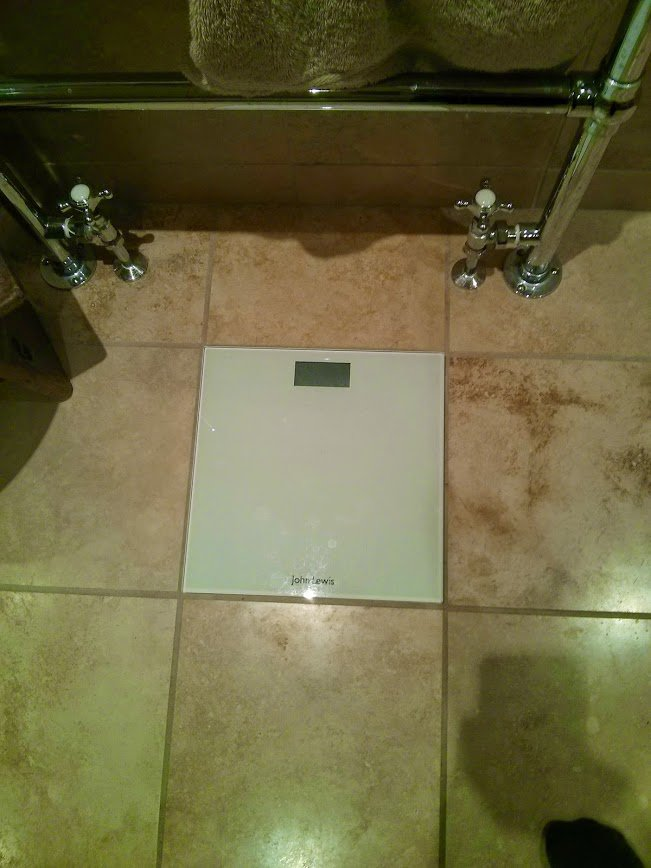 Весы в ванной плитке