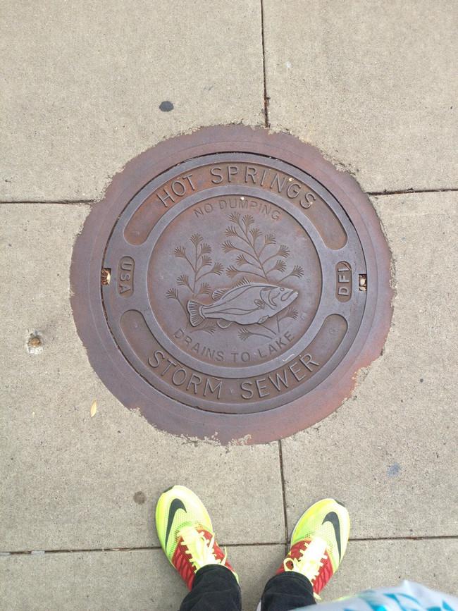 Крышка канализационного люка из Хот-Спрингса, Арканзас