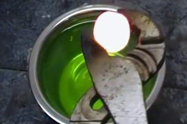 Раскаленный никелевый шар расплавил стакан желе изнутри