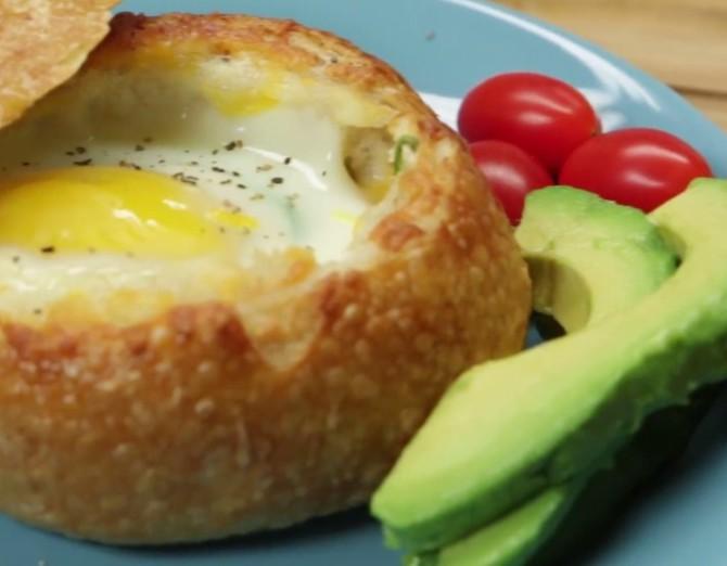 Вкусный завтрак из хлебного шарика с начинкой