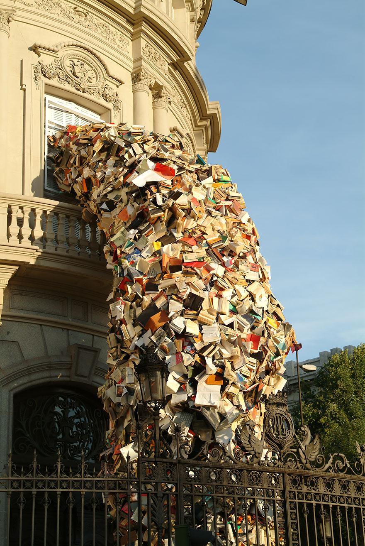 Скульптура Алисии Мартин«Книжный водопад»