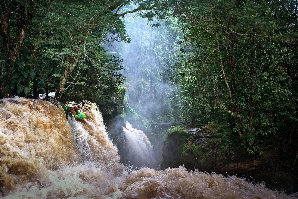 Каякингзаводопадом Сантуарио.ШтатАмазонас, Бразилия