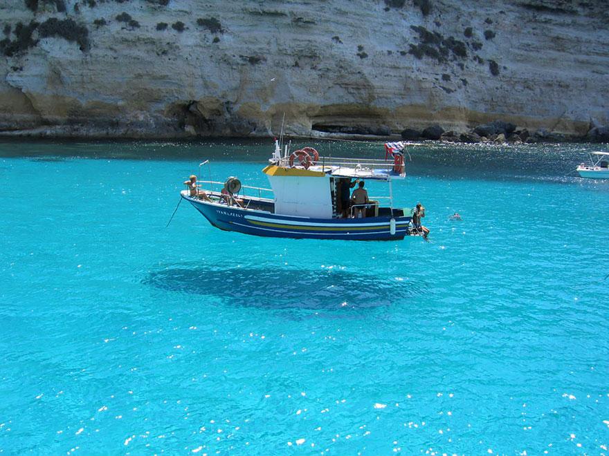 Лодка будто парит в воздухе