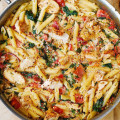 Рецепт пасты с цыпленком и овощами в сливочно-чесночном соусе