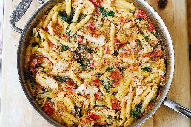 Осенний рецепт потрясающей пасты с цыпленком и овощами в сливочно-чесночном соусе