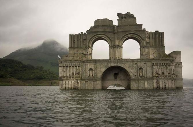 400-летняя церковь выступает из воды в мексиканском водохранилище