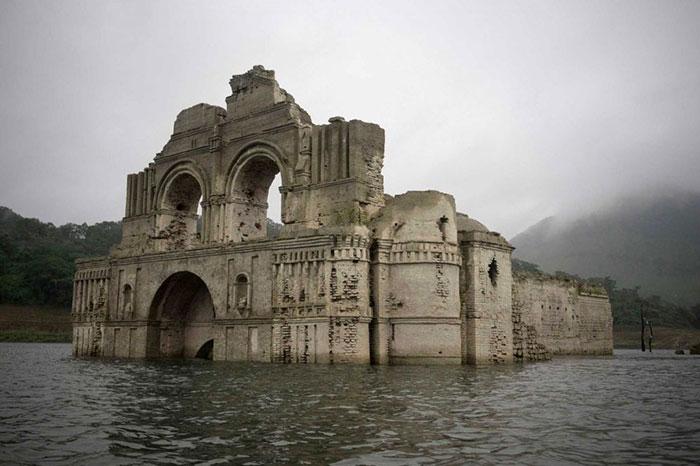 400-летняя церковь в мексиканском водохранилище