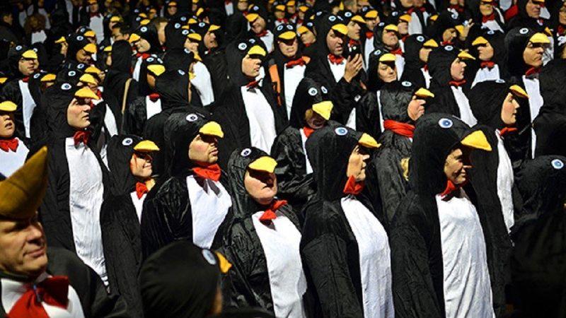 Наибольшее количество людей, одетых как пингвины