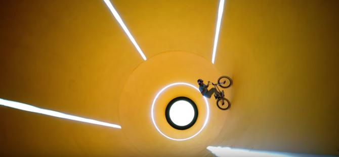 Трюки на велосипеде через невероятные оптические иллюзии