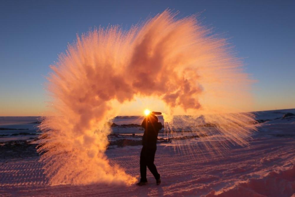 Бросок горячегочая в40-градусный мороз