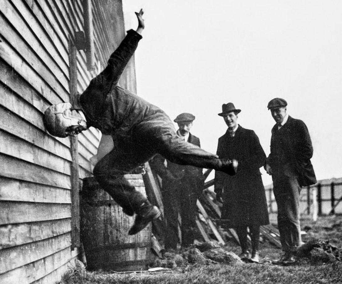 Испытаниефутбольного шлема,1912
