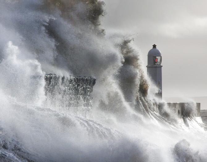 Фотограф тратит годы, документируя разбивающиеся о маяк огромные волны