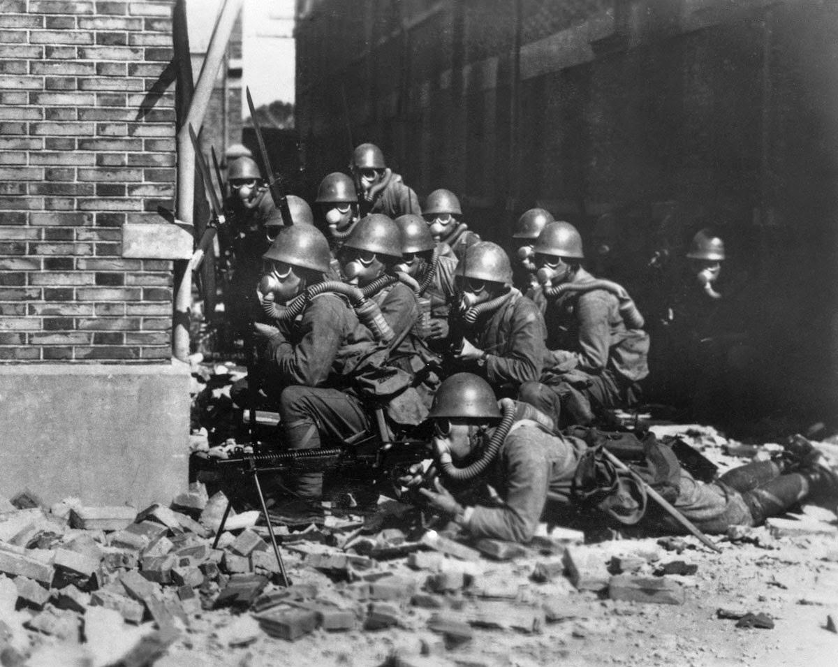 Морская пехота Императорского флота Японии с противогазами и резиновыми перчатками во время химической атаки, Шанхайская битва, 1937