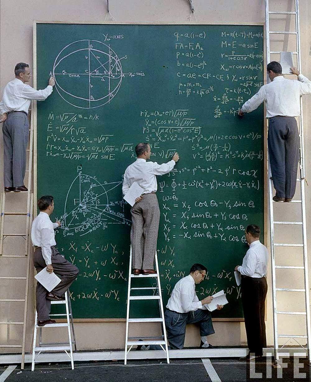 Учёные НАСА с и их доскарасчетов, 1961