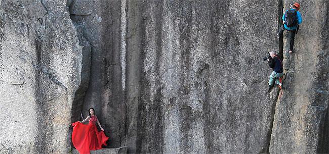 Потрясающие снимки людей на небольшом выступе скалы