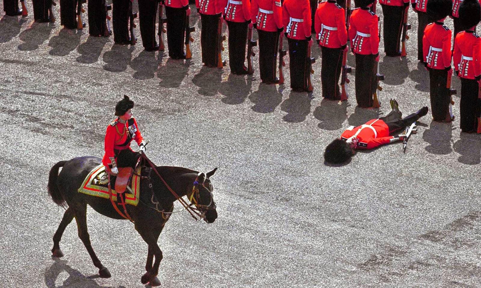 Почётный караул падаетв обморок, когдакоролева Елизавета II едет мимо, 1970