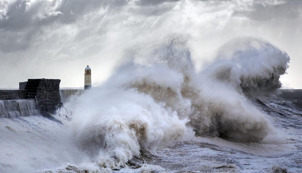 Разбивающиеся о маяк огромные волны
