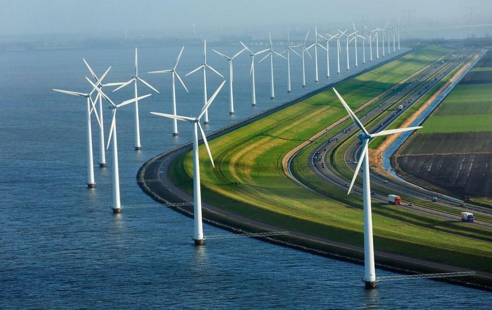 Современные дамбы, ветряные мельницы и дороги в Нидерландах