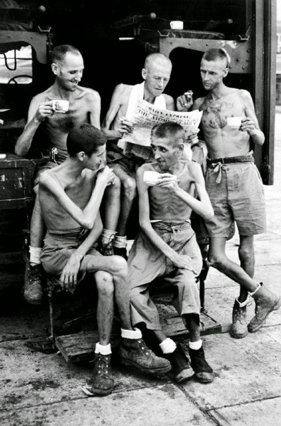 Австралийские солдаты после их освобождения из японского плена в Сингапуре, 1945