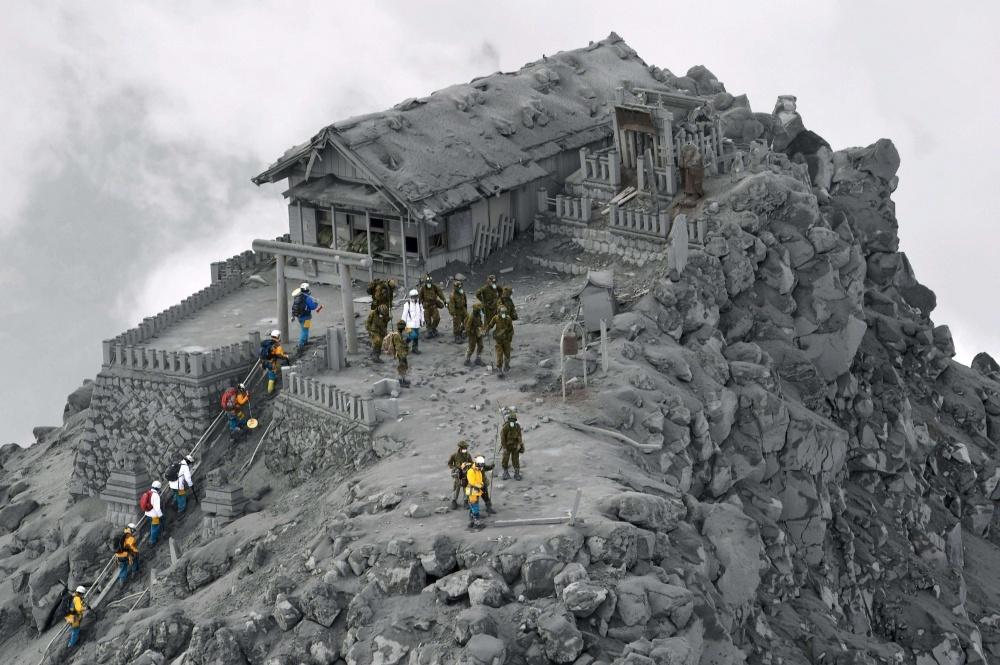 Храм покрыт пеплом от извержения вулкана Онтаке, Япония