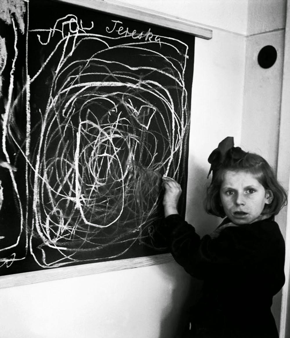Девушка, которая выросла в концлагере, рисует картину «дома», живя в резиденции для детей с нарушениями, 1948