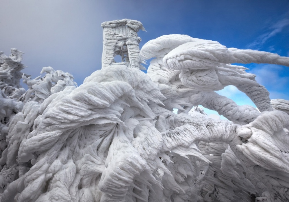 Эффектные ледяныеобразованияна вершине горы в Словении