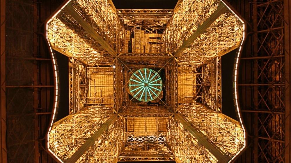 Эйфелева башня снизу