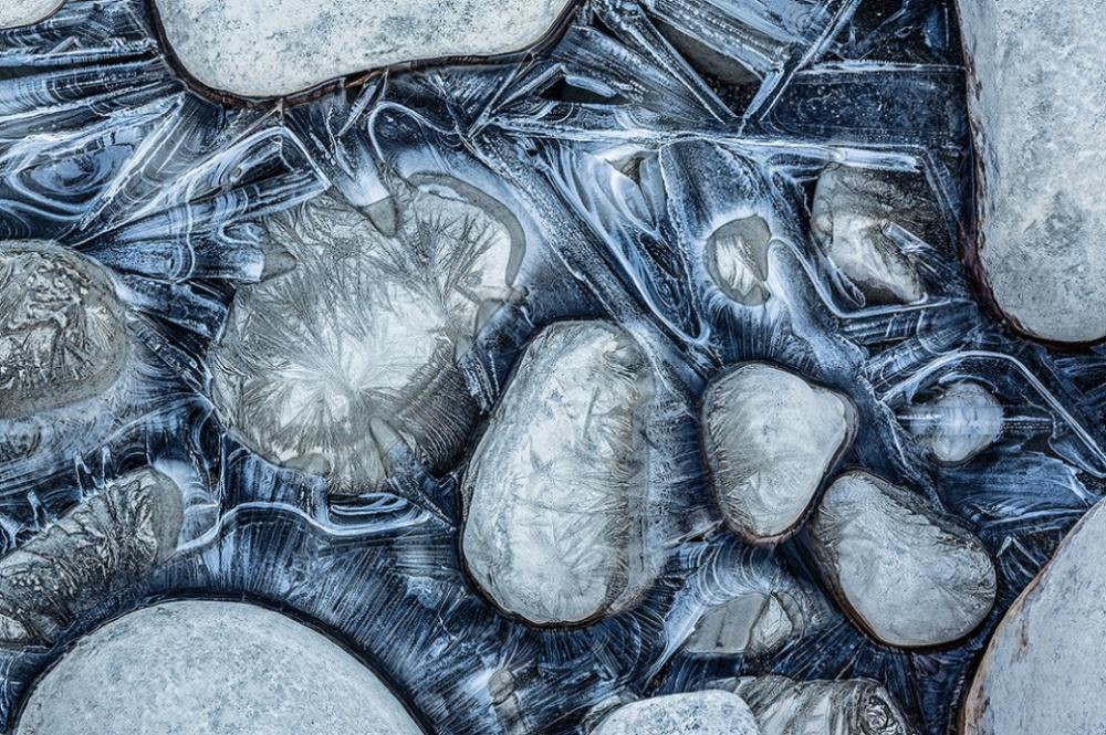 Замерзающаярека Атабаска в национальном парке Джаспер, Канада