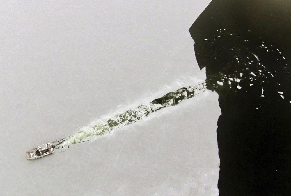 Лодка идёт через недавно образовавшийся лёд в заливе Марион