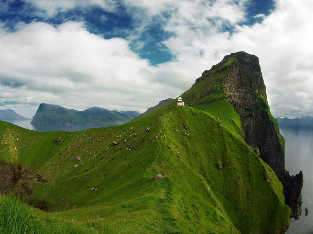 Маяк на живописных скалах на острове Кальсой, Фарерские острова