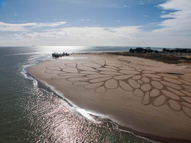 Эфемерные рисунки на песке от Сэма Доугадоса