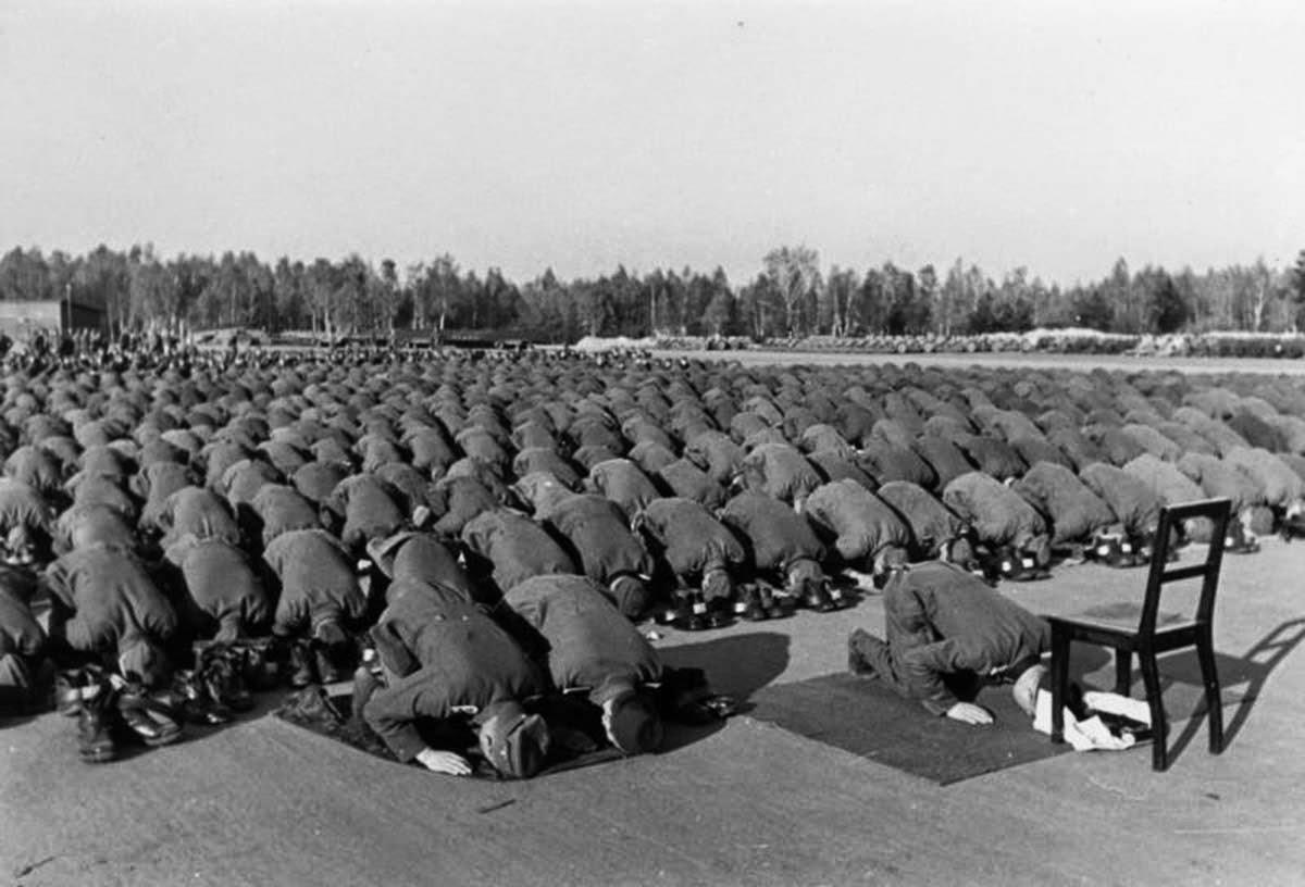 Члены 13-й мусульманской дивизии Ваффен-СС в молитве во время их обучения в Германии, 1943