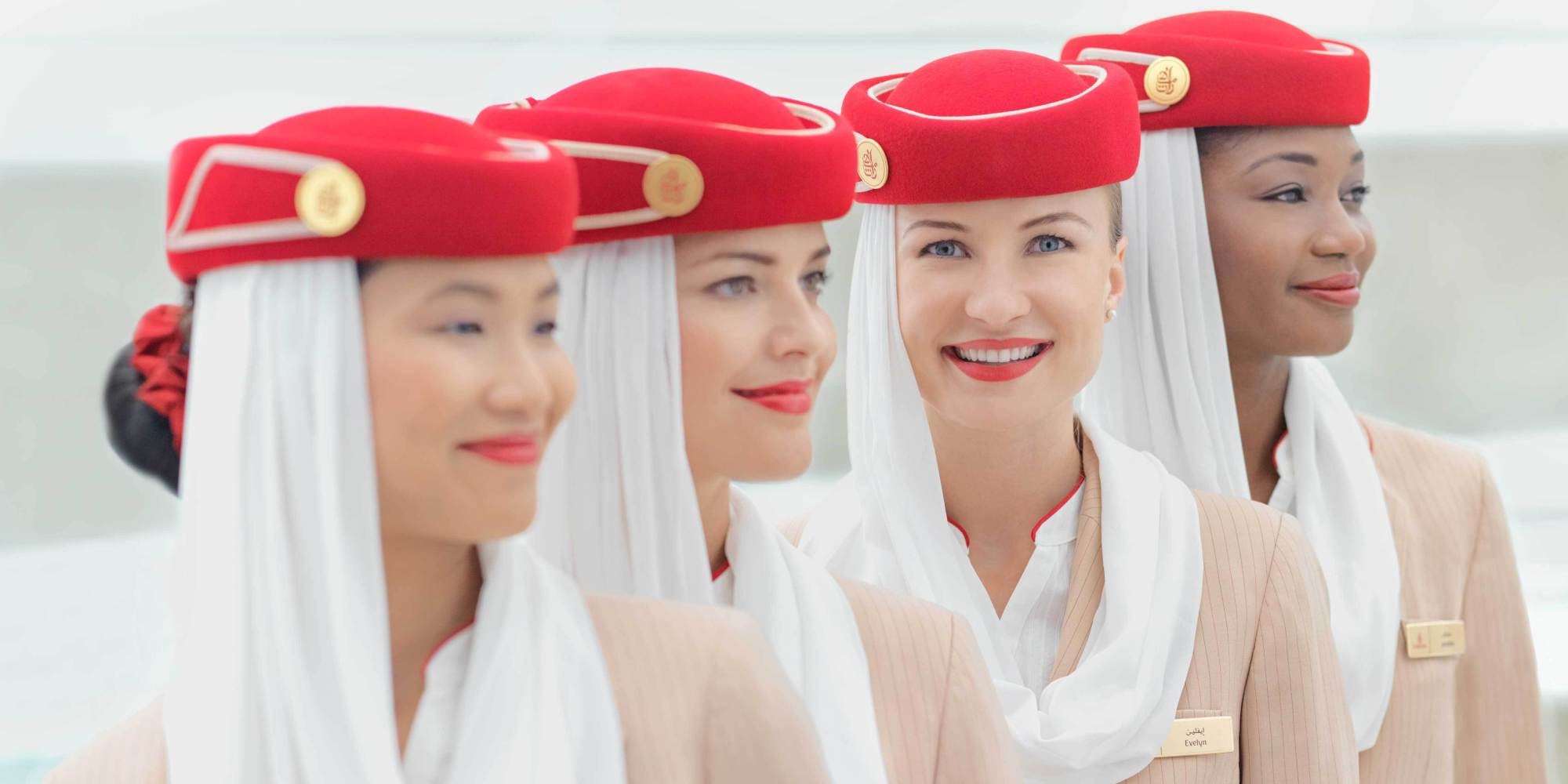 Униформа стюардесс Emirates Airlines