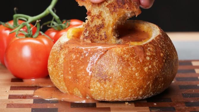 Рецепт томатно-сырного супа в хлебном шаре