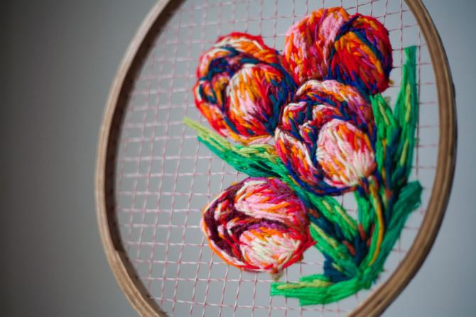 Цветы, вышитые в струнах винтажных ракеток, и другие работы Даниэль Клаф