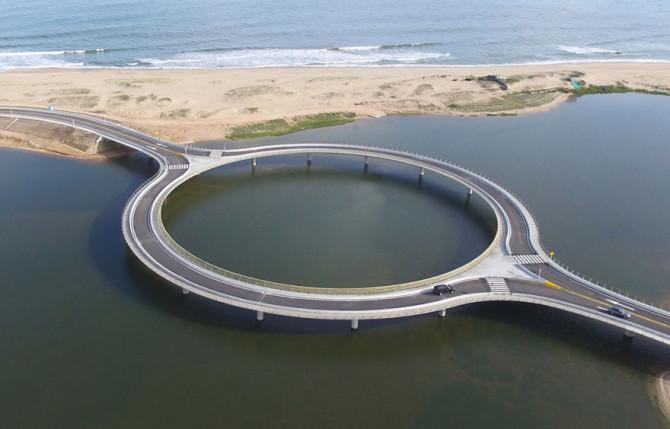Круговой мост в Уругвае призывает водителей замедлить скорость и насладиться видом