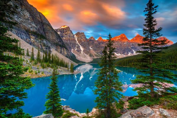 Ледниковое озеро Морейн в национальном парке Банф, Канада