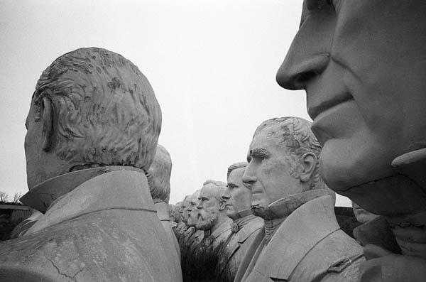 Почему десятки скульптур президентов США стоят и разрушаются в сельской местности