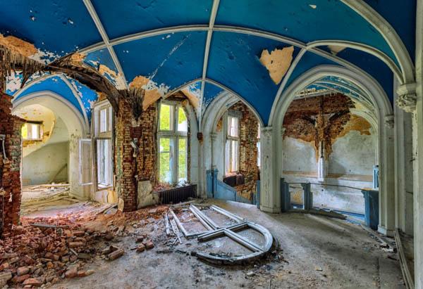Проблески конца света в фотографиях заброшенных зданий от Кристиана Рихтера