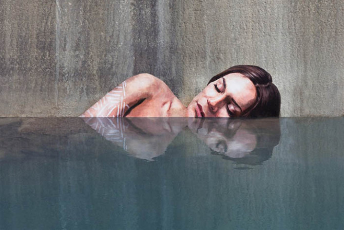Гиперреалистичные уличные портреты красивых женщин в неожиданных местах от Шона Ёро