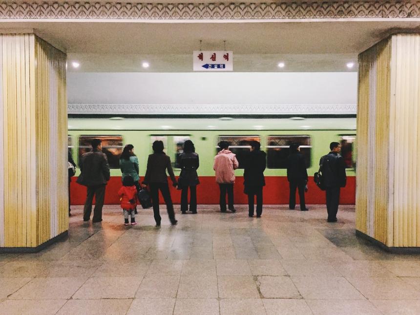 Люди вметро ждут поезд